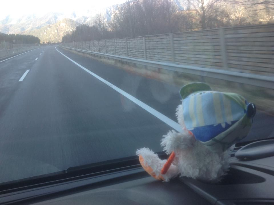Reise Jahr 2017, Autobahn, Blick aus dem Auto auf die Straße mit Reisemaskottchen auf der Konsole