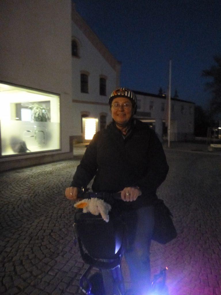 Angelika Wohofsky, Frau mit Helm und Segway in Steyr, Stadt