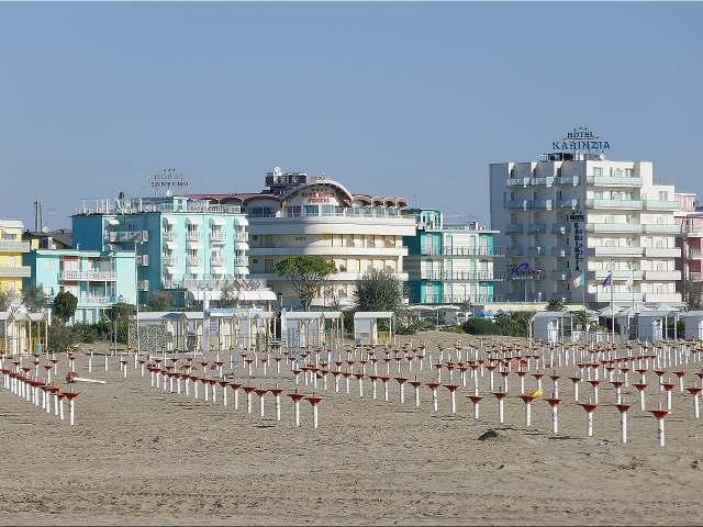 Strand, Lido  von Caorle mit Hotels an der Promenade.