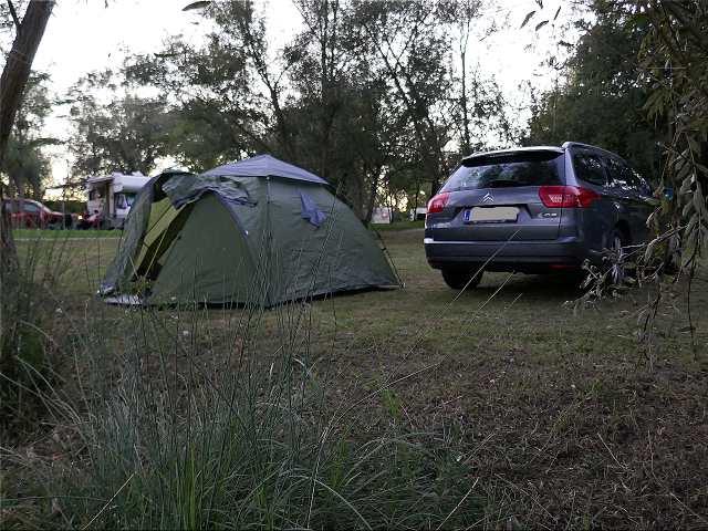 Auto und Zelt – die ideale Kombination für flexible Roadtrips.