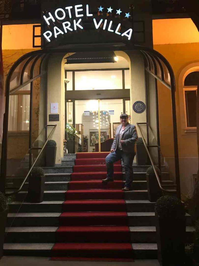 Red Carpet beim Hotel Park Villa in Wien, davor steht Angelika Wohofsky