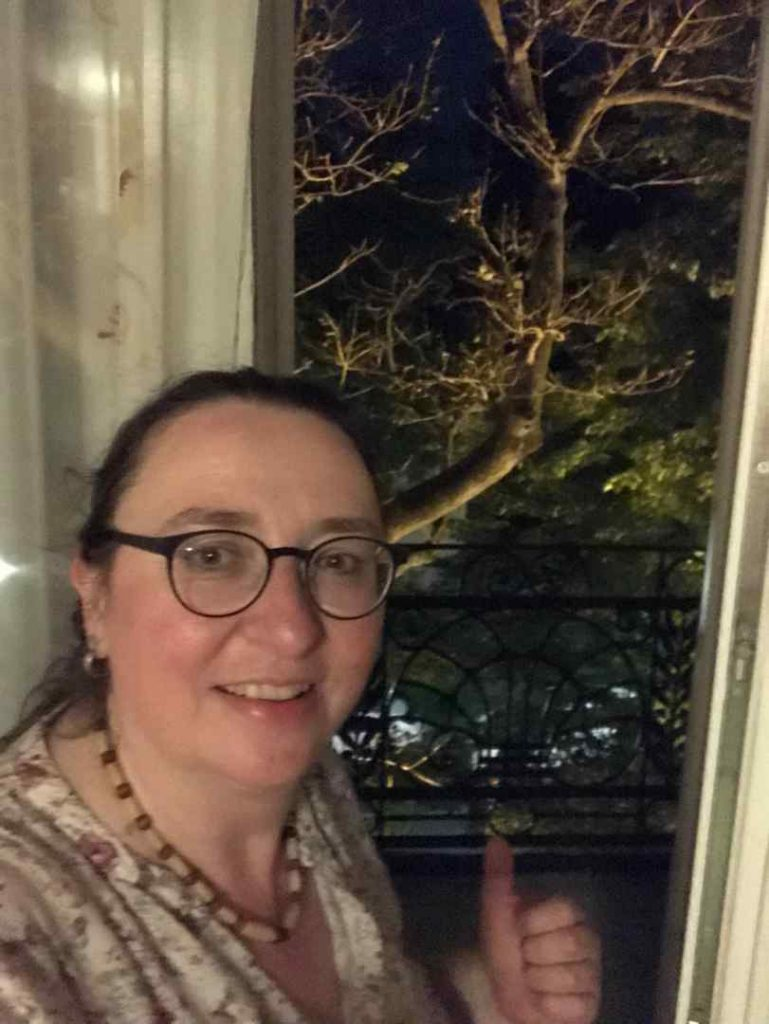 Angelika Wohofsky zeigt auf den Balkon im Hotel Park Villa in Wien
